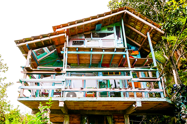 airbnb-brazil-Jaime-Recycled-Cabin-1